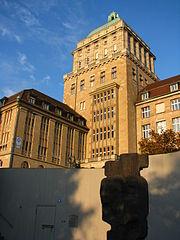 Zürichi Egyetem - a főépület (wikimedia)